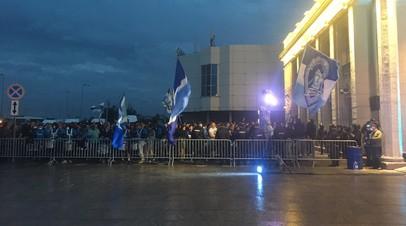 Фанаты «Зенита» встретили команду файер-шоу у аэропорта