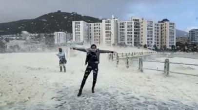 В ЮАР штормовой ветер «взбил» морскую пену в хлопья — видео