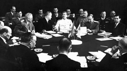 Иосиф Сталин (в центре), Вячеслав Молотов (второй слева от центра), Андрей Вышинский (третий слева от центра) и другие участники советской делегации во время заседания Потсдамской конференции — встречи глав СССР, США и Великобритании в Потсдаме. Июль-август 1945 года