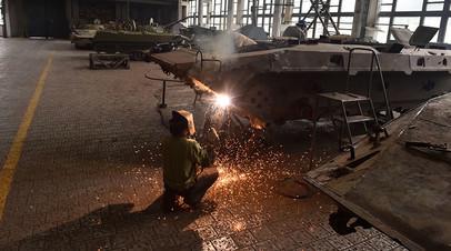 Рабочий на танковом заводе в Житомире в июле 2014 года