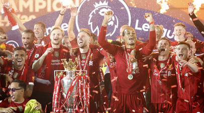 Футболисты «Ливерпуля» во время вручения трофея за победу в АПЛ