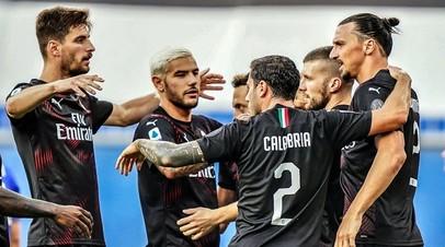 Футболисты «Милана» в матче с «Сампдорией» в 37-м туре Серии А