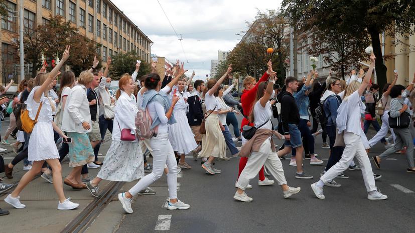 Около тысячи женщин с цветами в руках проводят шествие в Минске