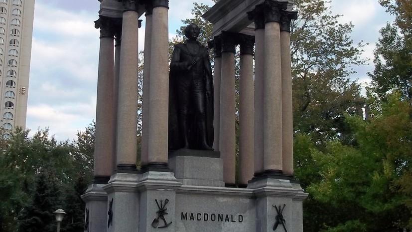В Канаде протестующие снесли памятник первому премьер-министру страны