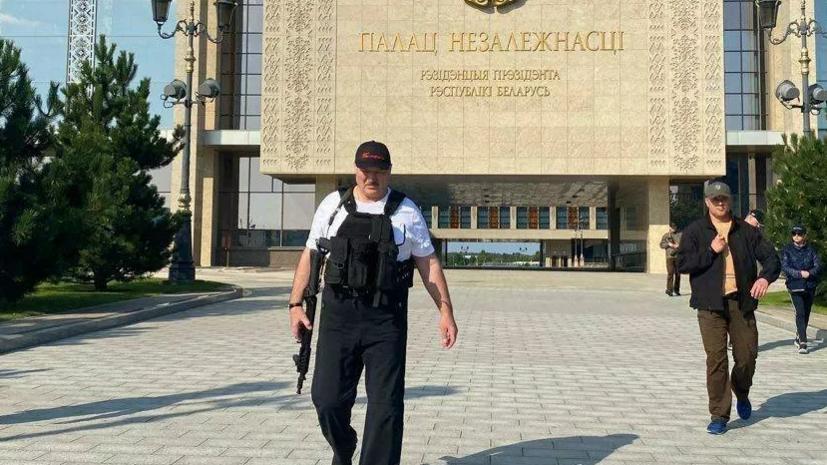 Появилось новое фото Лукашенко у резиденции с автоматом в руках