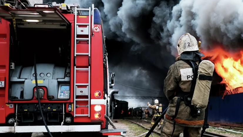 На горящем складе в Новосибирске обрушилась кровля