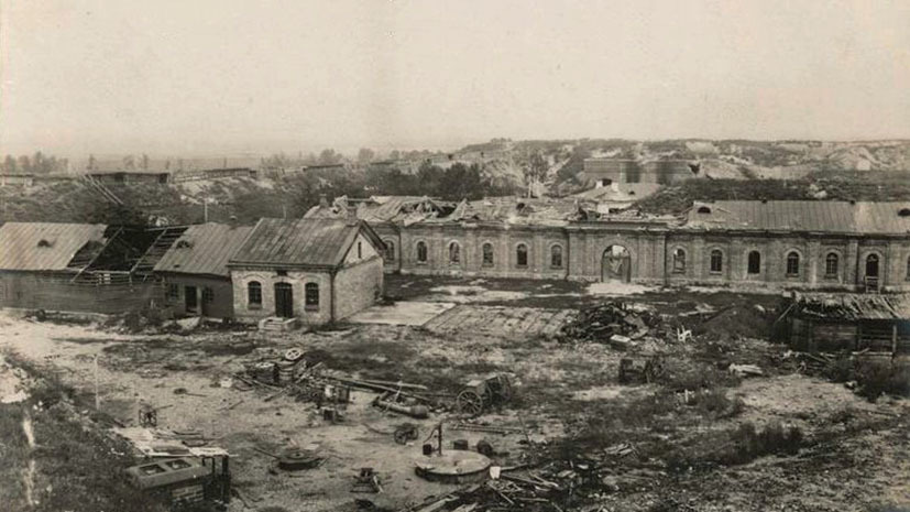 """""""Destroyed casemates of Osovets"""". German photo, August-September 1915."""