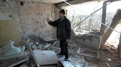 Местный житель в разрушенной в результате обстрелов украинскими силовиками квартире жилого дома на улице Привокзальной в прифронтовом посёлке Донецк-Северный в Донецкой области