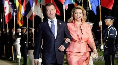 Медведев и его супруга смогут получить дипломатические паспорта