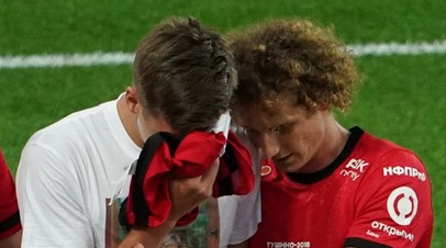 Игроки «Спартака» Александр Соболев и Алекс Крал радуются забитому мячу