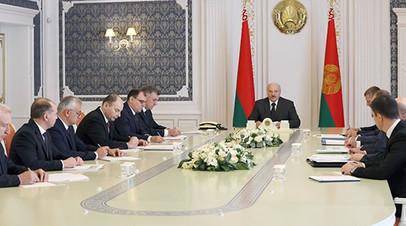 «Я пока живой и не за границей»: Лукашенко опроверг информацию о своём отъезде из Белоруссии