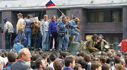 Защитники демократии у здания Верховного Совета РСФСР (Белого дома) на одном из танков, введённых в Москву 19 августа 1991 года в связи с объявлением членами ГКЧП чрезвычайного положения в столице
