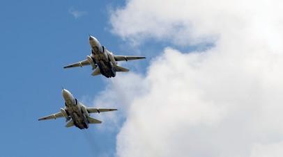 Полёт пары бомбардировщиков Су-24М на низкой высоте