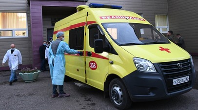 Медицинские работники загружают политика Алексея Навального в автомобиль скорой помощи возле отделения острых отравлений БСМП No1 в Омске