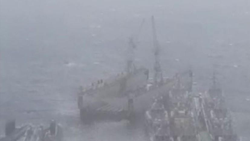 Во Владивостоке из-за ураганного ветра сорвало со швартов плавучий док