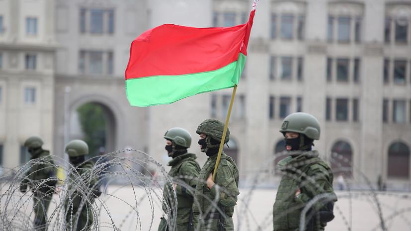ОМОН выстраивает заграждения в районе Дворца независимости в Минске