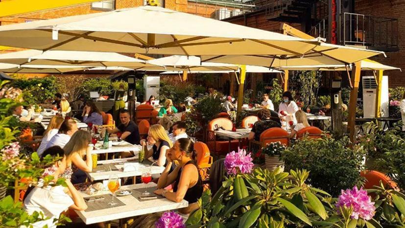 В Госдуме оценили запрет ресторанам включать чаевые в чек