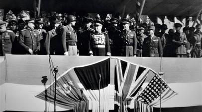 Берлинский парад Победы. На трибуне: генерал Джордж Паттон, маршал Советского Союза Георгий Жуков, генерал-майор Брайан Робертсон и генерал Мари-Пьер Кёниг.