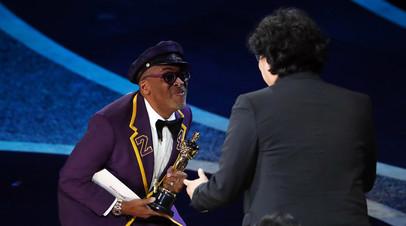 Спайк Ли и Пон Джун Хо на церемонии вручения премии «Оскар»