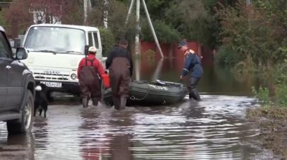 Сотрудники МЧС патрулируют затопленные районы Хабаровского края — видео
