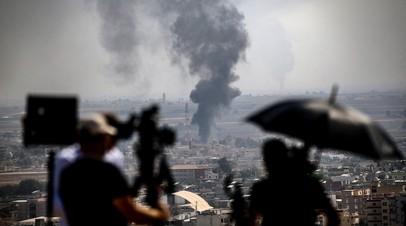 Журналисты снимают пожар, устроенный террористами в сирийском городе Рас эль-Айн