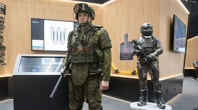 Пассивный эксзоскелет на военнослужащем и активный образец — на экипировке «Защитник будущего»
