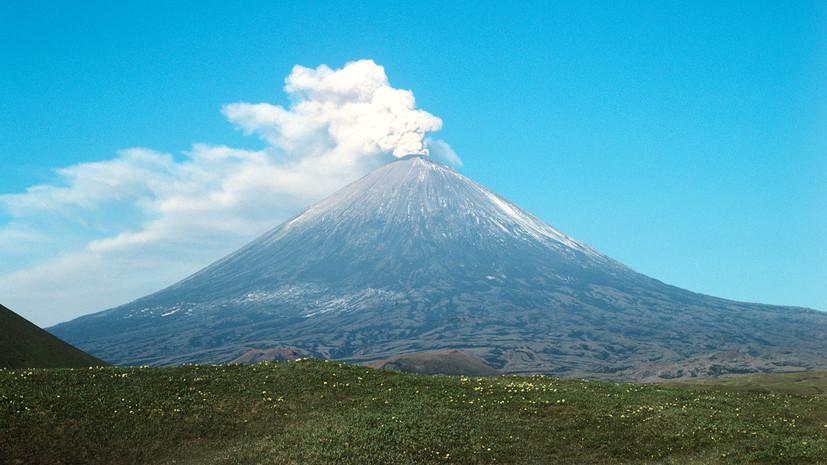Два вулкана на Камчатке выбросили пепел