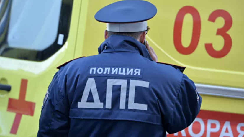 Автомобиль врезался в остановку в Петербурге