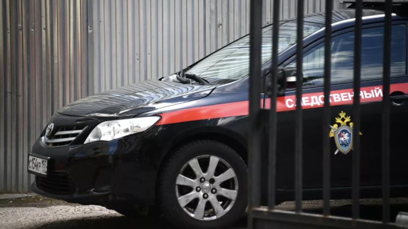 СК начал проверку по факту гибели девушки после падения в яму в Москве