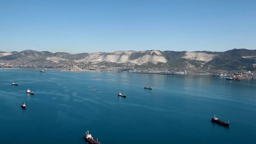 Сотрудники Росприроднадзора работают на месте ЧП в Азовском море