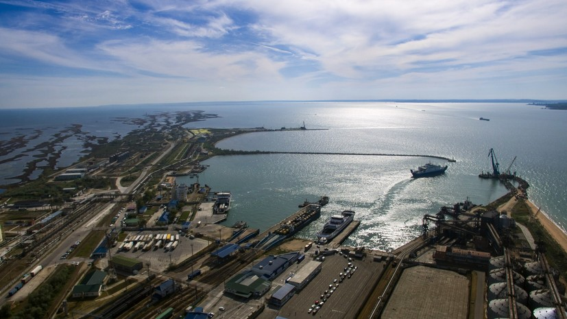 Повреждённый при взрыве танкер отбуксируют в район порта Кавказ