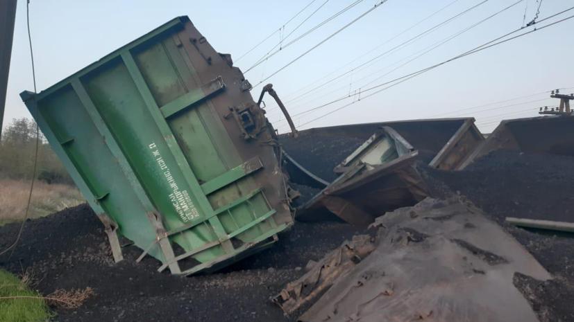 На Украине сошли с рельсов 14 вагонов грузового поезда