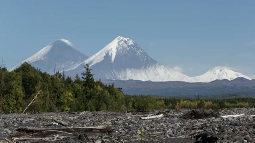 На Камчатке вулкан Карымский выбросил шестикилометровый столб пепла
