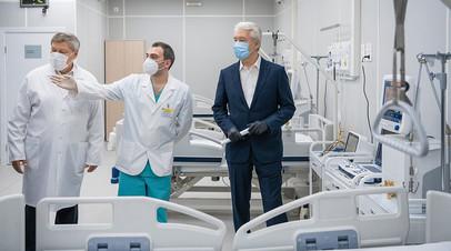 Мэр Москвы Сергей Собянин во время открытия временного госпиталя для больных коронавирусной инфекцией в конгрессно-выставочном центре «Сокольники»