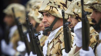 Иранские военнослужащие на параде