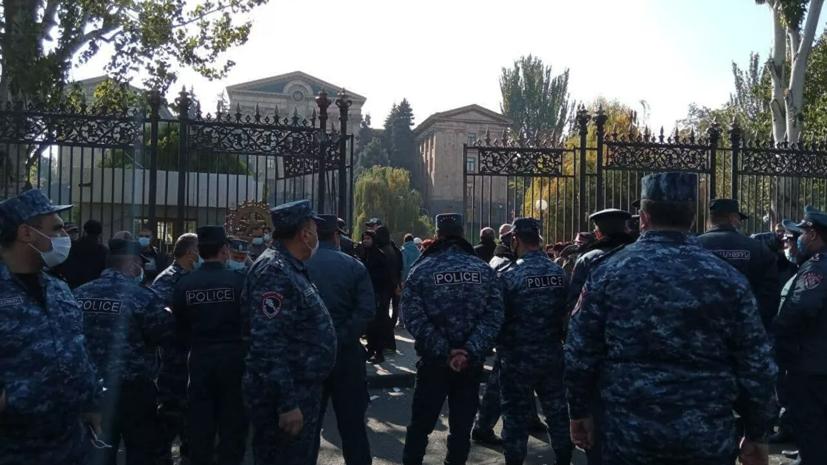 Более тысячи человек участвуют в митинге в центре Еревана