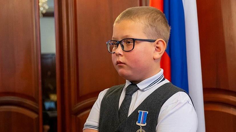 В Кировской области наградили пятиклассника, спасшего сестру при пожаре