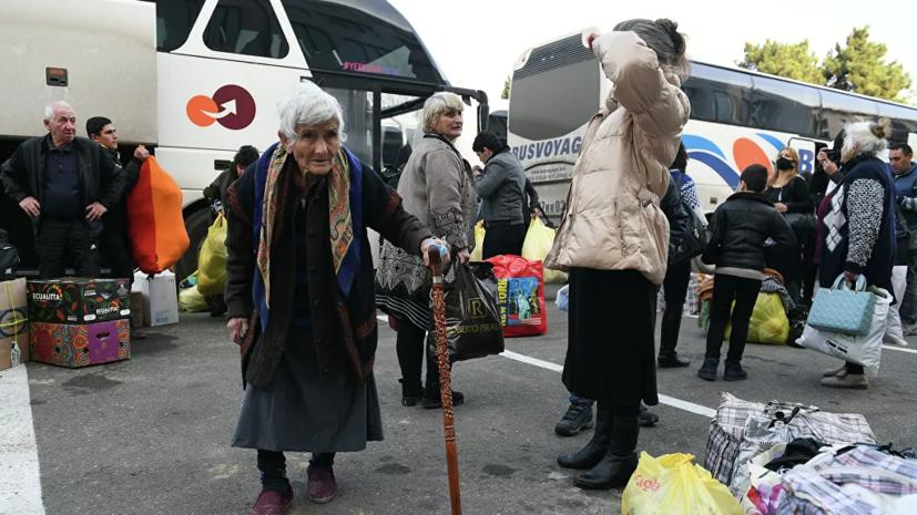 Российские миротворцы сопроводили автобусы с беженцами в Степанакерт