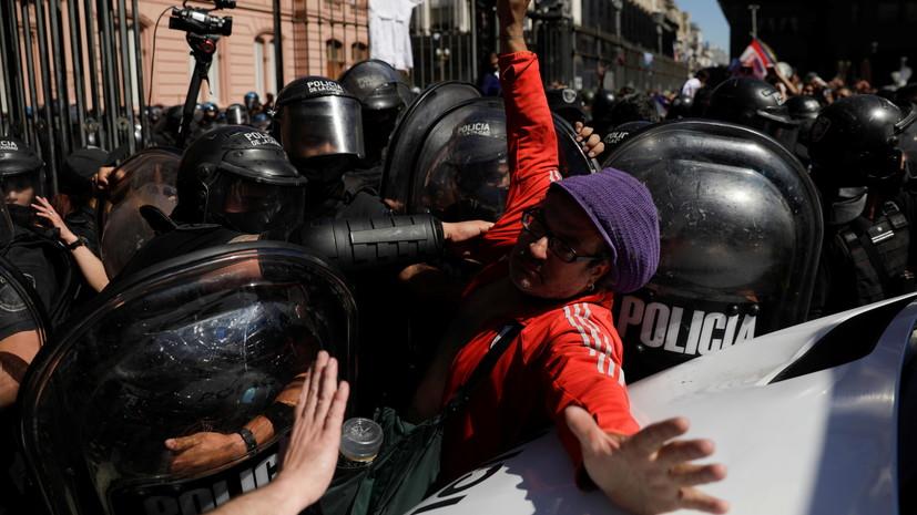 СМИ: В Буэнос-Айресе задержали девять человек во время беспорядков на прощании с Марадоной