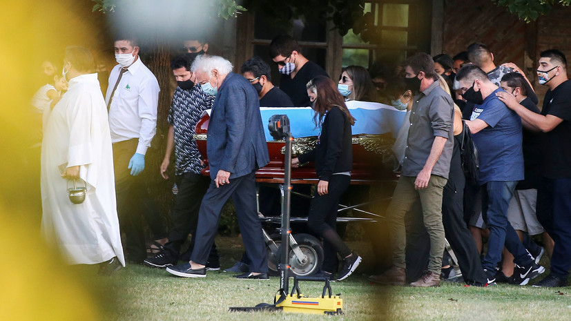 В узком кругу: как прошли похороны Марадоны в Аргентине