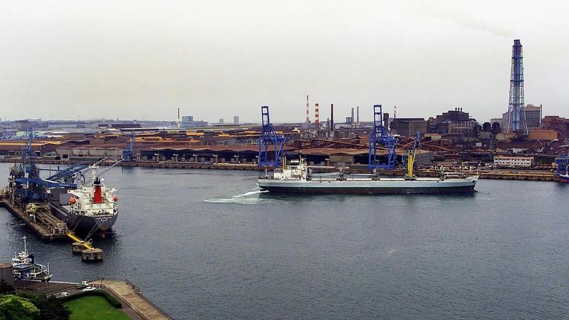 При столкновении сухогруза и судна в Японии погиб человек