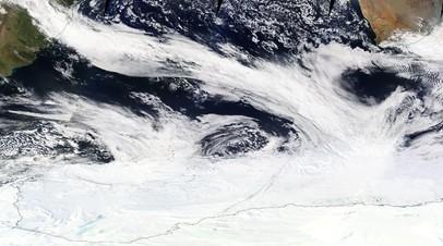 Скопление облаков в воздушном потоке от Южной Америки до Антарктики
