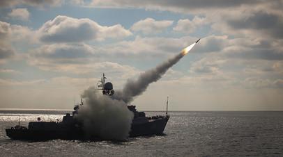 Ракетный корабль «Татарстан» производит стрельбу из ракетного комплекса «Уран» во время итоговых учений корабельных группировок Каспийской флотилии