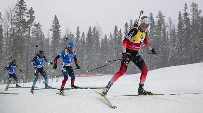 Норвежский биатлонист Йоханнес Бё (справа налево) и Александр Логинов