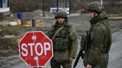 Российские миротворцы обеспечивают контроль за безопасностью передвижения автотранспорта на дороге Степанакерт - Шуша.