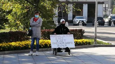 «Почти безвылазно сидит дома»: в Барнауле семья инвалида-колясочника восемь лет борется за право получить квартиру