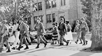 Военные охраняют темнокожих школьников