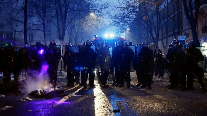 Полиция применила водомёт на акции протеста в Париже