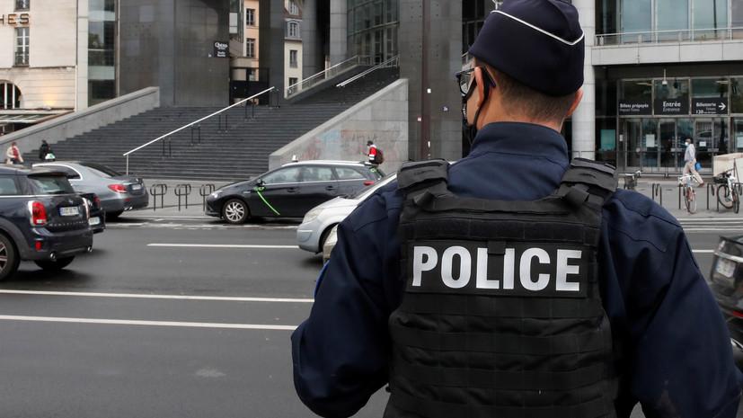 Мужчина захватил заложников недалеко от Парижа
