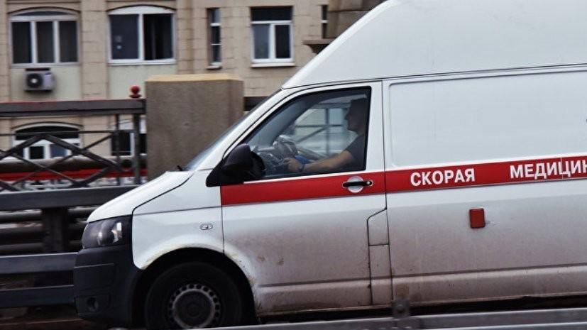 В Тюмени три человека пострадали при наезде такси на остановку